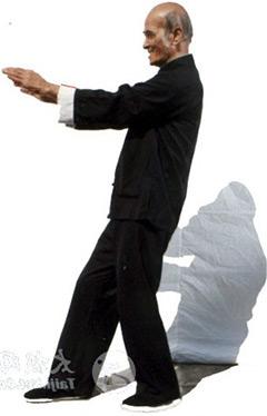 Гранд мастер Чоу Дзе Чуен в слегка наклонном назад положении тела и с задней загруженной ногой, передняя нога всегда «пустая».