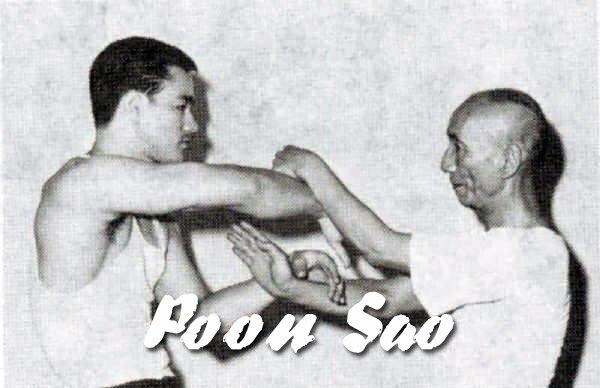 """Брюс Ли и Ип Ман делают упражнение """"катящиеся руки"""" (Poon Sao)"""